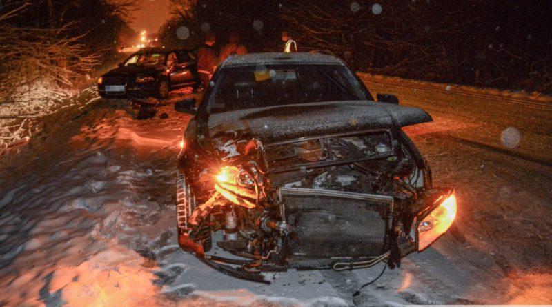 Czołówka dwóch Audi pomiędzy Spalicami a Cieślami. Kilkucentymetrowa warstwa lodu i zaspy na jezdni