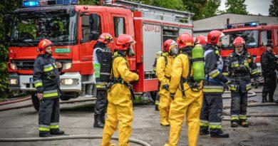 Wyciek amoniaku, zatrucie pracowników i służby w akcji. Strażacy ćwiczyli podczas powiatowych manewrów ratownictwa chemicznego