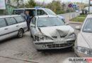 Starszy mężczyzna zasłabł za kierownicą i uderzył w zaparkowane samochody
