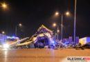 Groźny wypadek na węźle drogowym Oleśnica Zachód. Samochód ciężarowy rozbił się na barierach a przewożona koparka spadła na przeciwległy pas ruchu