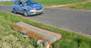 Część maszyny rolniczej spadła na drogę