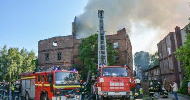 Kolejny pożar pustostanu w Bierutowie. Z ogniem walczą zastępy z dwóch województw