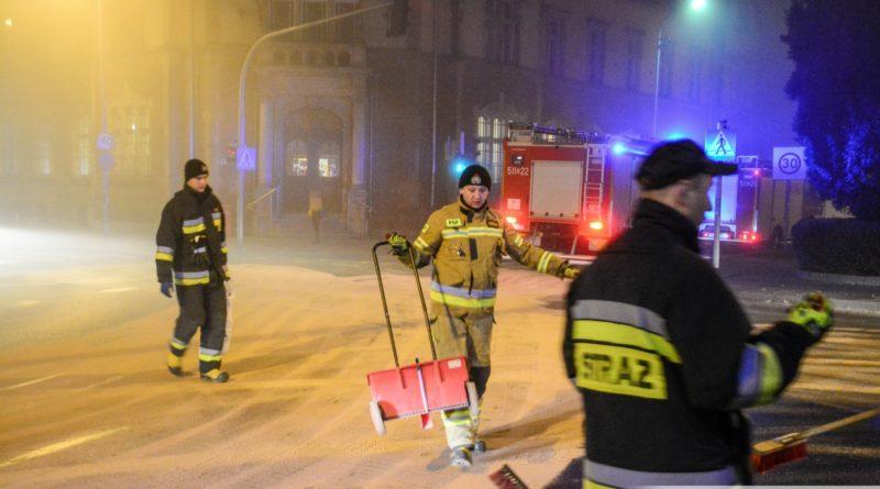 Strażacy usuwali sporą plamę oleju w centrum miasta