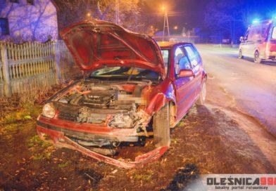 Volkswagen uderzył w przydrożne drzewo