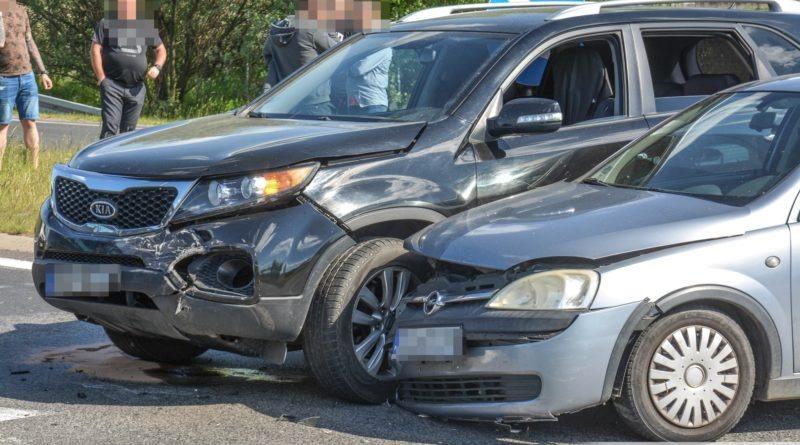 Zderzenie 3 samochodów na Dobroszyckiej
