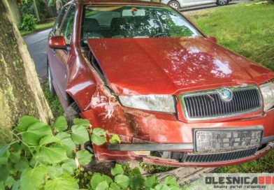 Skoda uderzyła w drzewo aby uniknąć czołowego zderzenia z innym samochodem