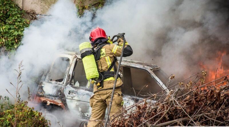 Płonący samochód zagrażał budynkom Pogotowia Ratunkowego