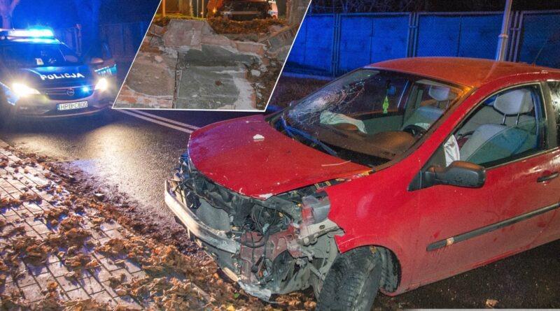 Renault wypadło z drogi przebiło mur. Kierowca nietrzeźwy