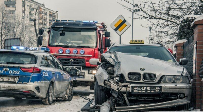 Wypadek taksówki na Sudoła. BMW ścięło przydrożną latarnię