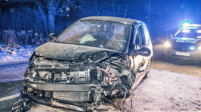 Volvo dachowało po zderzeniu z Renault. Trzy osoby ranne w zdarzeniu na DW451