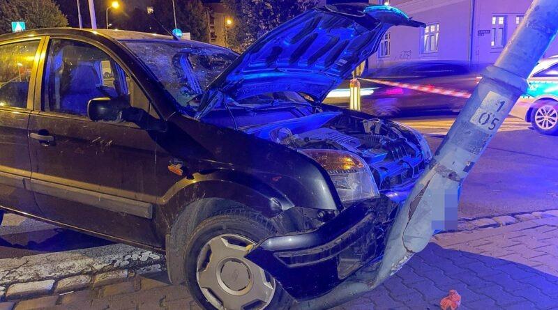 Plaga nietrzeźwych kierujących! Po pijaku staranował przydrożną latarnię